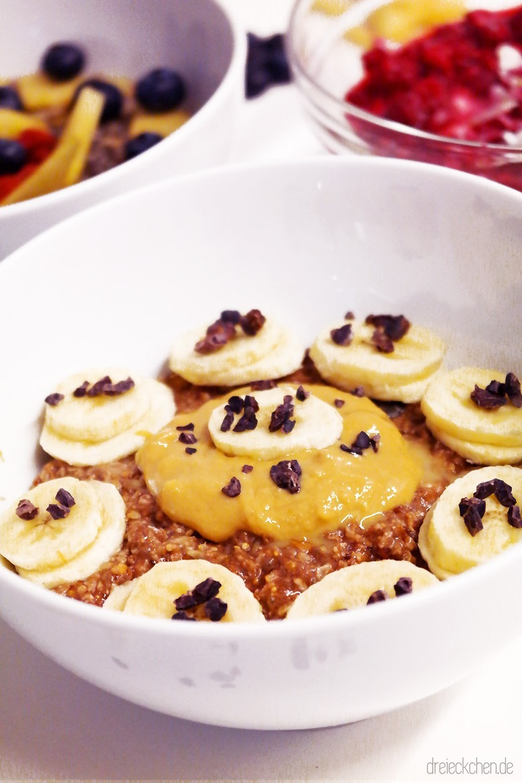 Schokobrei mit Bananen, Erdnussbutter und Kakaonibs getoppt