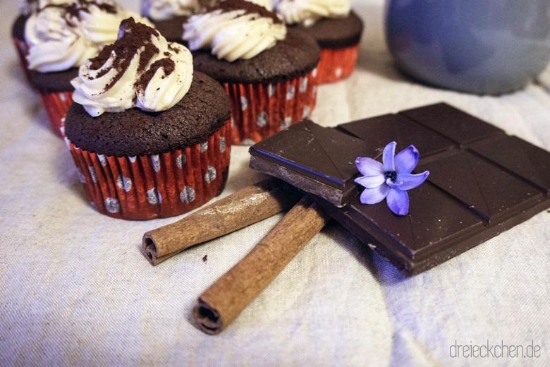 mit Liebe gebacken - hausgemachte leckere Cupcakes aus Zartbitterschokolade, Zimt und Mandel-Tonka-Creme