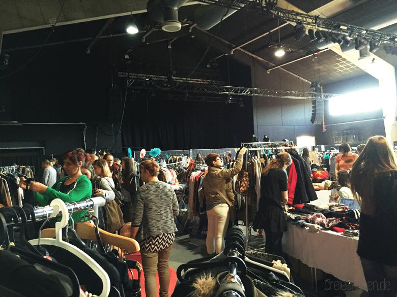 Viele Flohmarkt Stände für Mädchen