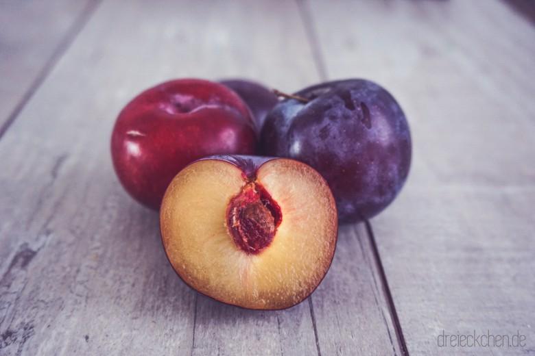 Saisonales Obst, wie Pflaumen passen perfekt in die Frühstücksmuffins von Katie Quinn Davies
