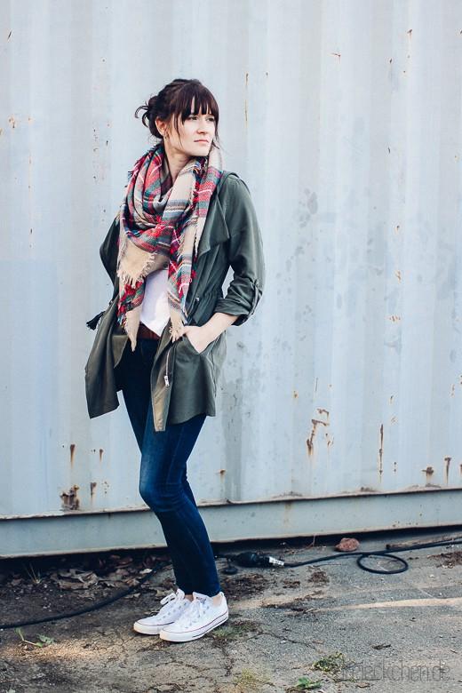 Herbstlook in Khaki mit coolem Mantel