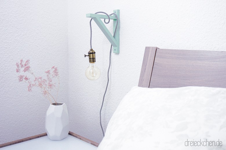 diy lampe mit holzrahmen textilkabel und gl hbirne sch nes licht im vintage stil. Black Bedroom Furniture Sets. Home Design Ideas