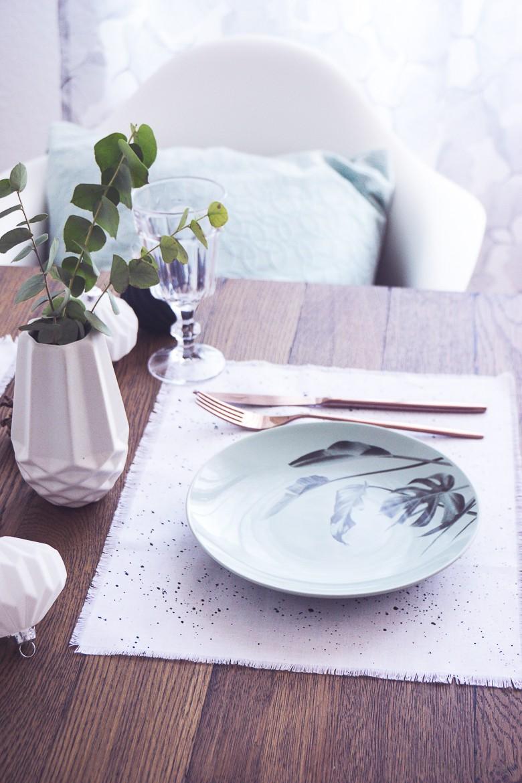 einfache diy tischsets in schwarz wei gesprenkelt gestalten dreieckchen lifestyle blog. Black Bedroom Furniture Sets. Home Design Ideas
