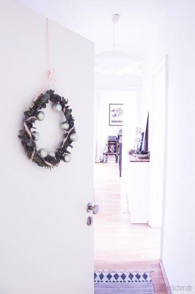 diy weihnachtlicher t rkranz aus eukalyptus und rosmarin dreieckchen lifestyle blog. Black Bedroom Furniture Sets. Home Design Ideas