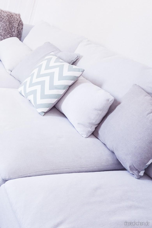 IKEA Couch Finnsta weiß mit hellgrauen und mint Kissen