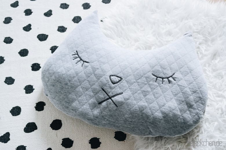n hen f r kinder s es katzenkissen diy dreieckchen lifestyle blog dreimalanders. Black Bedroom Furniture Sets. Home Design Ideas