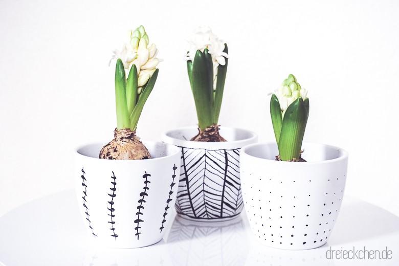 Bloomingville Beistelltisch mit House Doctor Teppich und Keramik Blumentöpfen mit Hyazinthen in schwarz weiß bemalt
