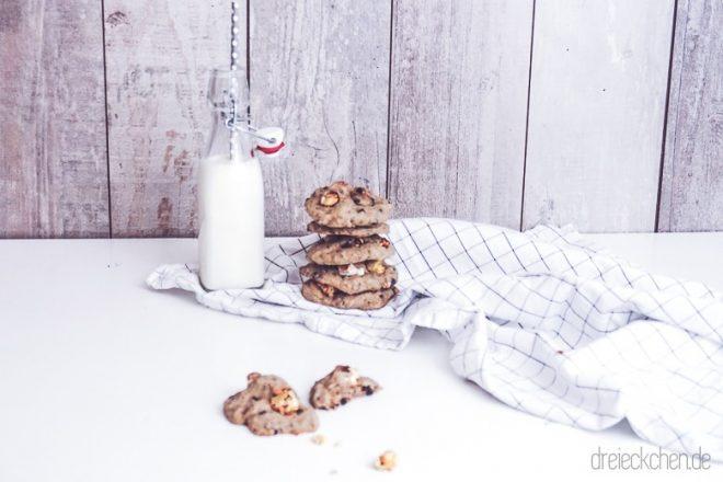 Helle Cookies Backmischung von MIT LIEBE BACKEN mit Popcorn auf dem IKEA 365+ Geschirrtuch mit Milchflasche im Hintergrund