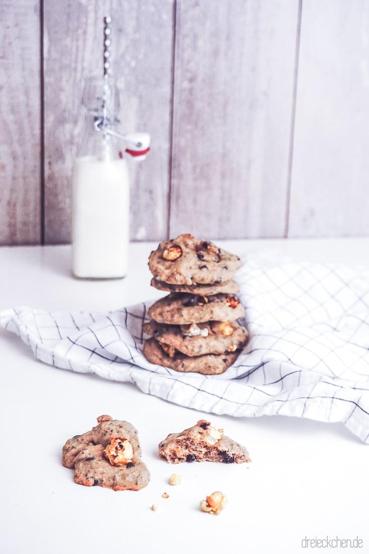 Helle Cookies mit Popcorn auf dem IKEA 365+ Geschirrtuch mit Milchflasche im Hintergrund