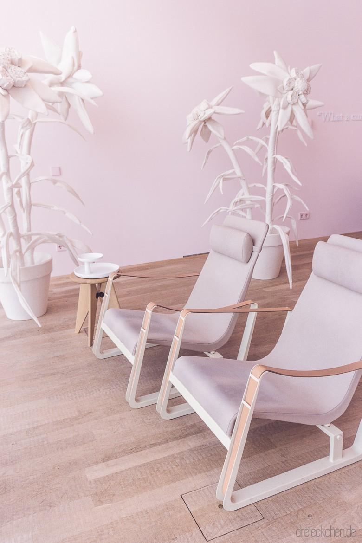 rosa Liegesessel mit linken Wänden