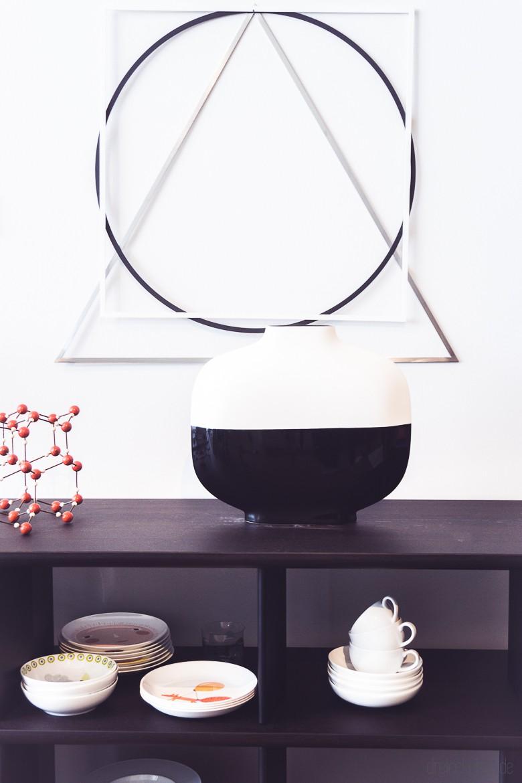 schwarzes Regal mit weißem Geschirr und Deko und Vase in schwarz-weiß von Vitra