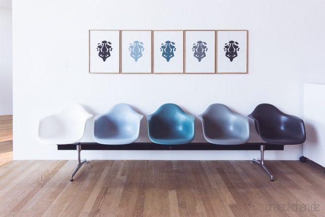 Eames Armchair Sitzschalen auf Podest in Blau Nuancen