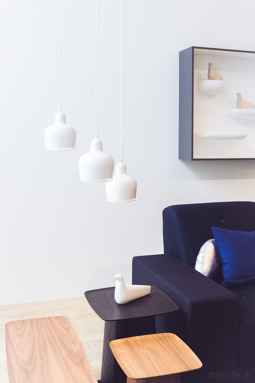 weiße Lampen auf dunkelblauer Couch bei Vitra
