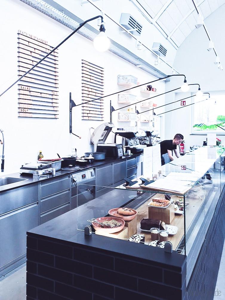 cooles Restaurant in schwarz-weiß und Holz