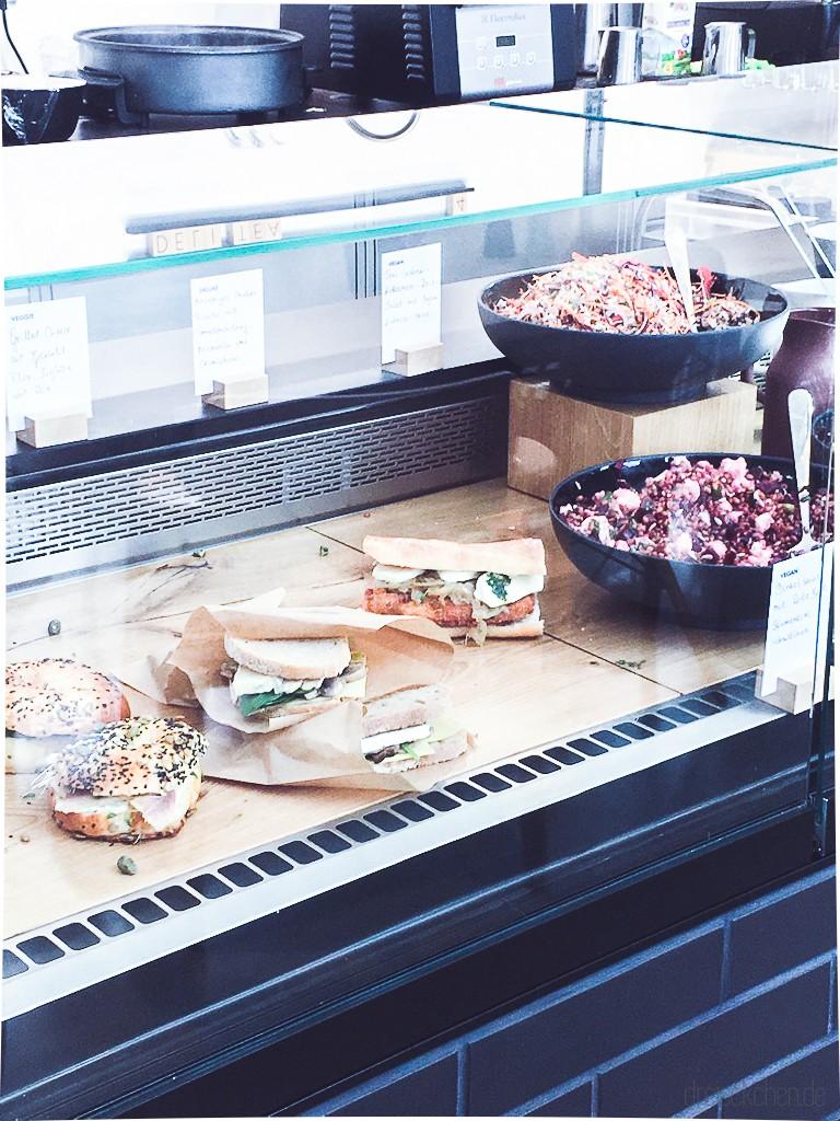 Sandwiches und Salate in einer Theke bei Vitra