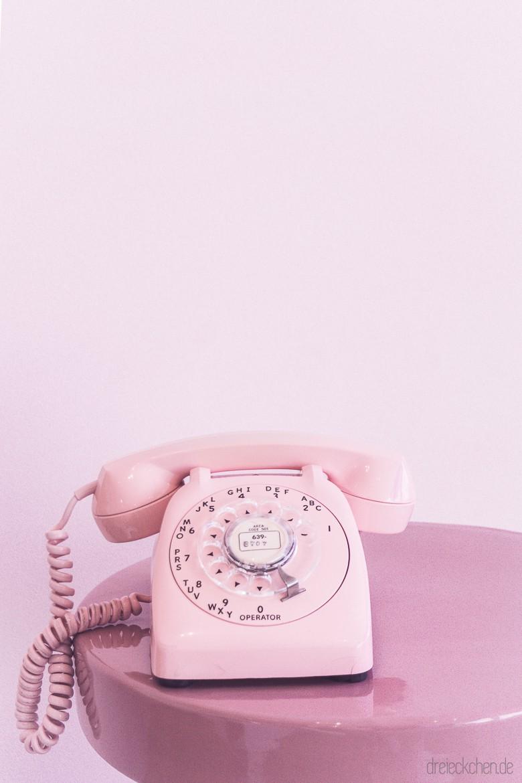 rosa farbenes Telefon mit Wählscheibe
