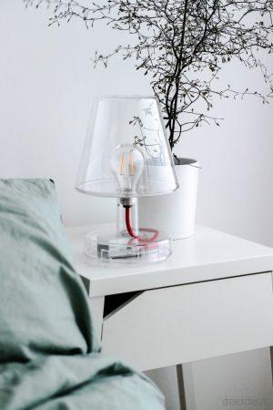 Transparente Lampe von fatboy auf Nachtschrank von IKEA