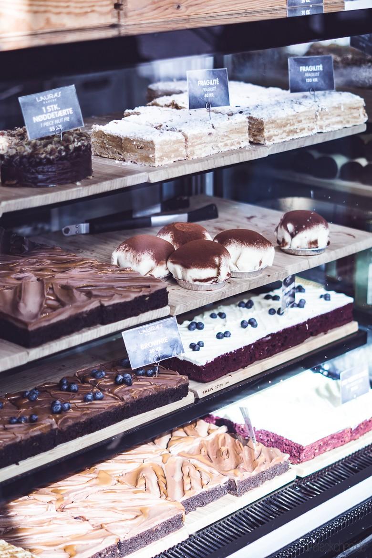 Auswahl an Kuchen und Torten beim Bäcker