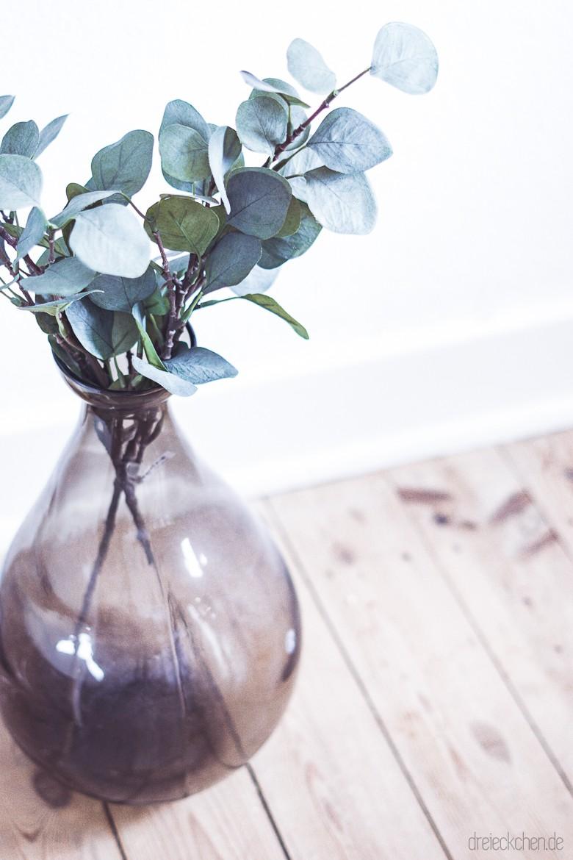 violette Bodenvase mit Eukalyptus im Scandi Style