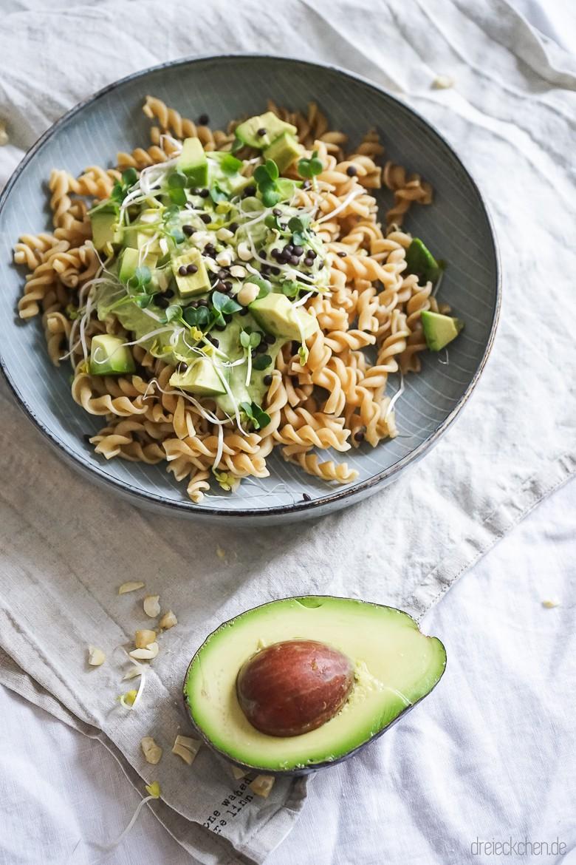 gesunde vegane vollkorn pasta mit avocado belugalinsen und sprossen werbung dreieckchen. Black Bedroom Furniture Sets. Home Design Ideas