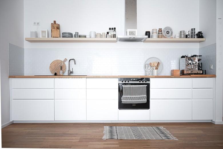 Skandinavisch inspirierte IKEA Küche - offen und großzügig mit Fliesenaufklebern, die wie echte Metro Times aussehen