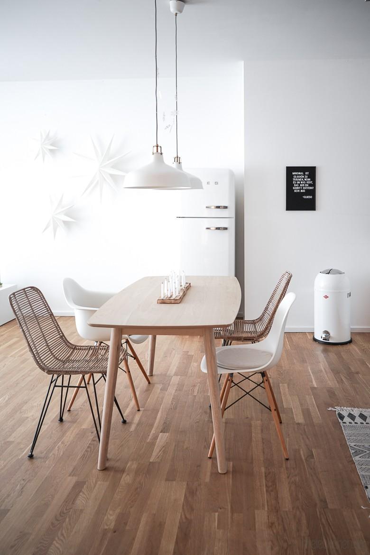 offene Wohnküche mit SMEG Kühlschrank, Essplatz und Hängeleuchten