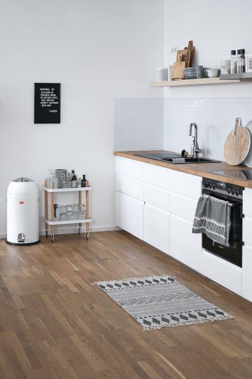 offene Wohnküche mit Metrofliesen aus Fliesenaufklebern