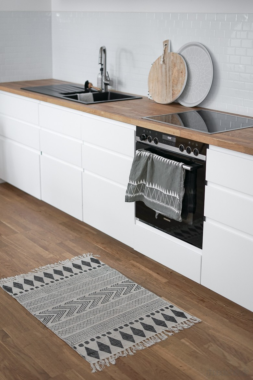 Spritzschutz dank Küchenrückwand mit weißen Fliesenaufklebern