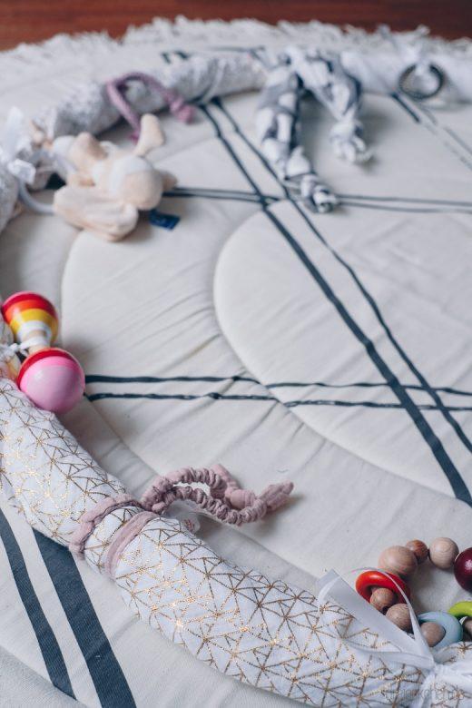 DIY Baby Geschenk: Motorik-Ring mit viel Spielzeug für Babys
