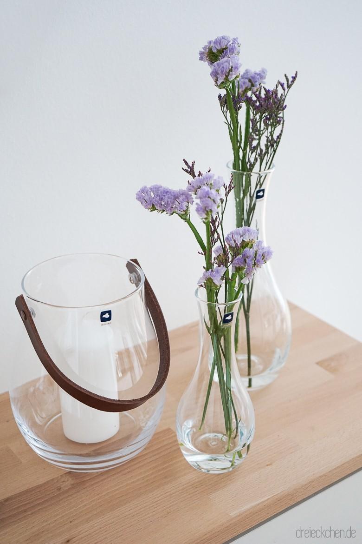 Glasvasen mit Blumen in verschiedenen Größen dekorieren: tolle
